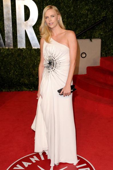 アシメトリードレス「2011 Vanity Fair Oscar Party Hosted By Graydon Carter - Arrivals」:写真・画像(12)[壁紙.com]