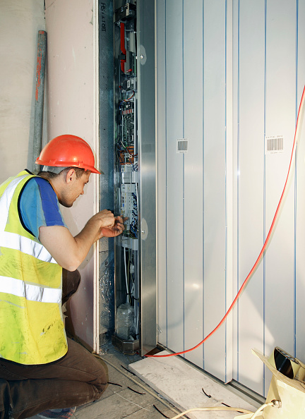 Reflective Clothing「Electrician working on power supply in new building」:写真・画像(3)[壁紙.com]