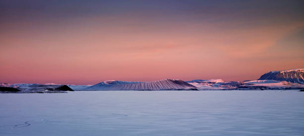 Winter, Mt. Hverfjall and Lake Myvatn, Northern Iceland:スマホ壁紙(壁紙.com)