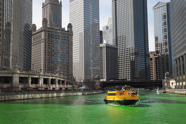 Green Color「Chicago River Dyed Green In Annual St. Patrick's Day Tradition」:写真・画像(16)[壁紙.com]