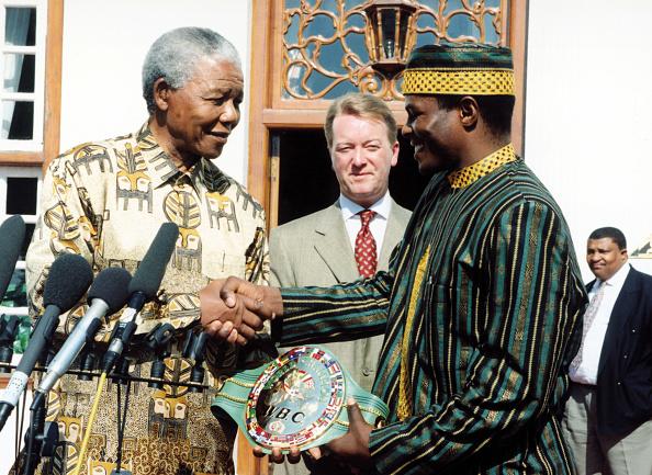 WBC「President Nelson Mandela presents Sugarboy Malinga with his WBC super-middleweight championship belt.」:写真・画像(2)[壁紙.com]