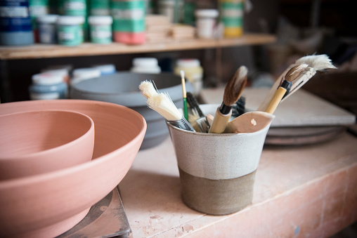 Pottery「Pottery brushes and bowls in workshop」:スマホ壁紙(19)