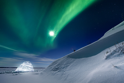 Igloo「Glowing igloo under the northern lights, Yellowknife, Northwest Territories, Canada」:スマホ壁紙(10)