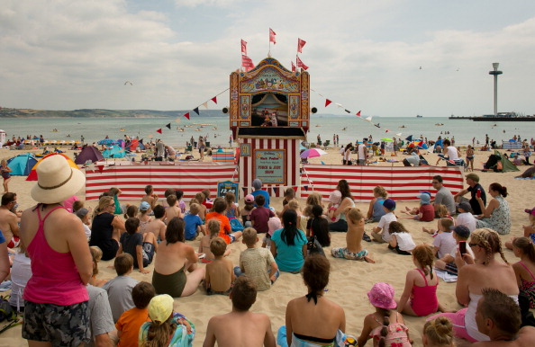 Water's Edge「Visitors Enjoy The Warm Summer Weather On Weymouth Beach」:写真・画像(19)[壁紙.com]