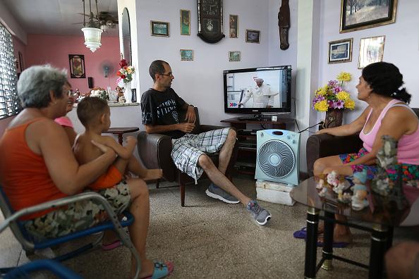 Watching TV「Cuba Prepares For Visit Of Pope Francis」:写真・画像(5)[壁紙.com]
