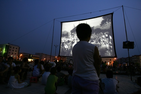 屋外「People Watch Open-air Movie During a Threat of Earthquake」:写真・画像(6)[壁紙.com]