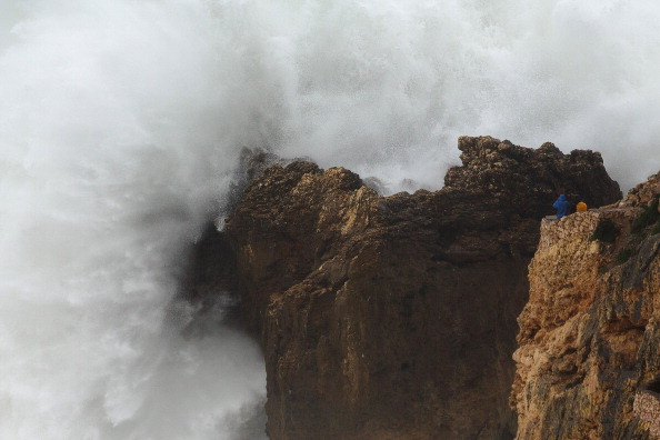 Pablo Blazquez Dominguez「Atlantic Storm Causes Huge Waves Off Coast Of Portugal」:写真・画像(13)[壁紙.com]