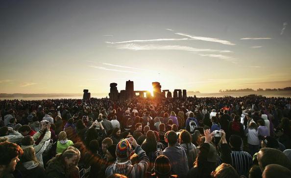 Large Group Of People「Druids Celebrate The Summer Solstice At Stonehenge」:写真・画像(4)[壁紙.com]