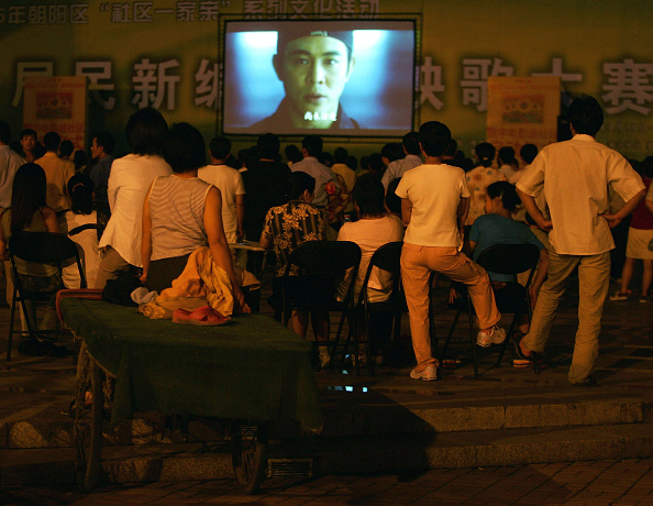 Movie Theater「People Watch A Film At An Open-Air Cinema In Beijing」:写真・画像(15)[壁紙.com]