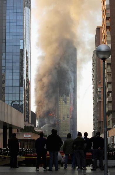 Madrid「Fire Engulfs Windsor Building In Madrid」:写真・画像(16)[壁紙.com]