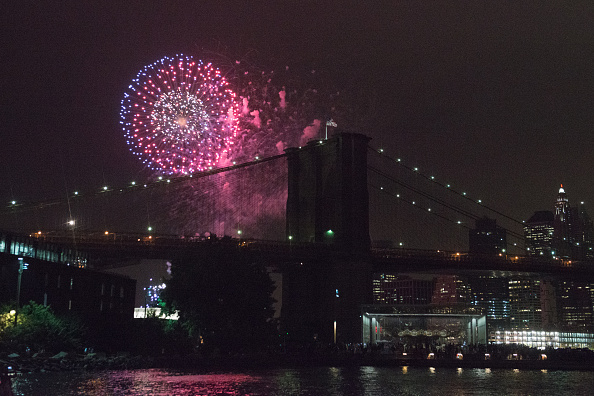 Fourth of July「Fourth Of July Fireworks Light Up The Skies Over New York City」:写真・画像(8)[壁紙.com]