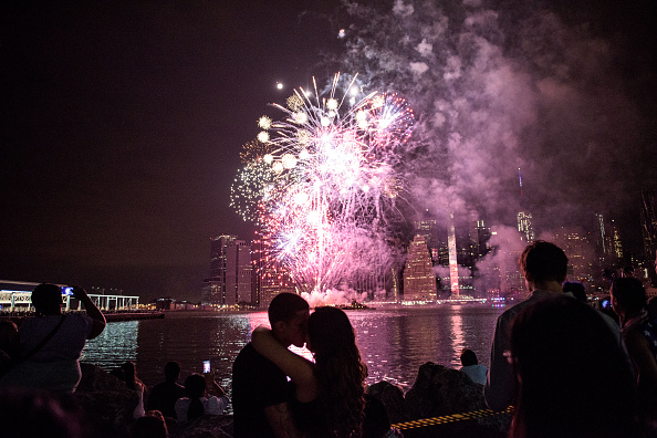 Fourth of July「Fireworks Explode Over New York's East River During Fourth Of July Celebrations」:写真・画像(4)[壁紙.com]