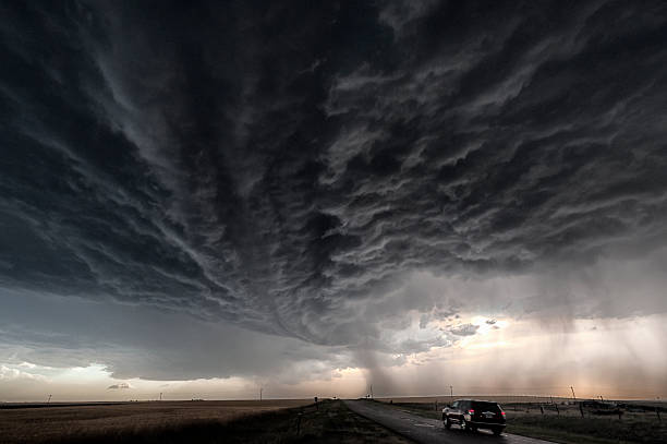 Developing supercell storm over a  country road:スマホ壁紙(壁紙.com)