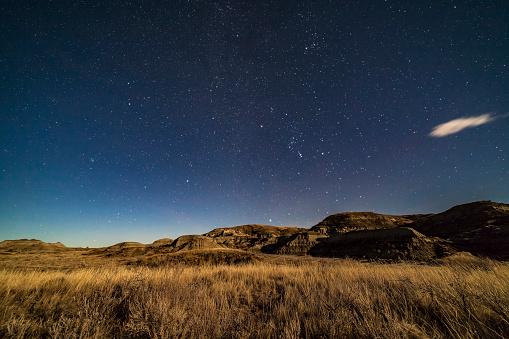 Multiple Exposure「The winter stars rising over the moonlit sagebrush of Dinosaur Provincial Park, Alberta, Canada.」:スマホ壁紙(12)