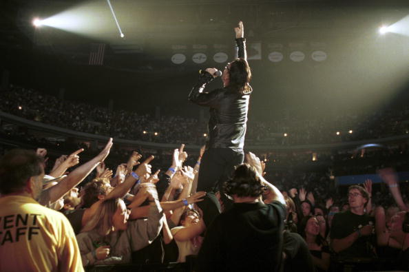 Spot Lit「Singer Bono Of The Irish Rock Band U2 Perform May 7 2001 At Nationwide Arena In Columbus」:写真・画像(10)[壁紙.com]