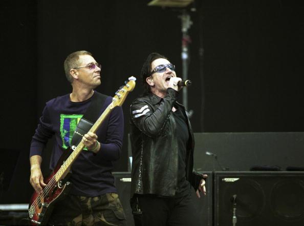 Leather Jacket「Singer Bono And Bassist Adam Clayton Of The Irish Rock Band U2 Perform May 7 2001 At Nat」:写真・画像(2)[壁紙.com]