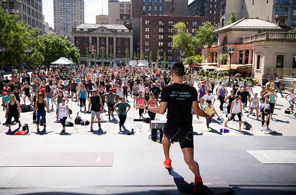 ウェアラブル端末「Launch Of Fitbit Local Free Community Workouts In New York At Union Square」:写真・画像(4)[壁紙.com]