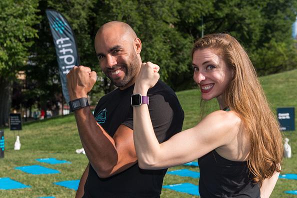 ウェアラブル端末「Launch Of Fitbit Local Free Community Workouts In Chicago In Grant Park」:写真・画像(3)[壁紙.com]