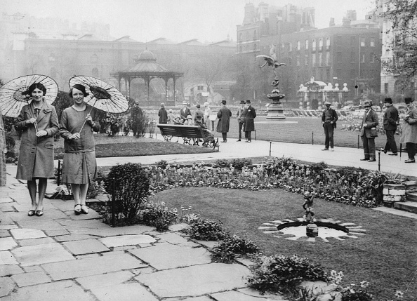 Sunshade「Two Women With Japanese Umbrellas In The Embankment Gardens. About 1935. Photograph.」:写真・画像(15)[壁紙.com]