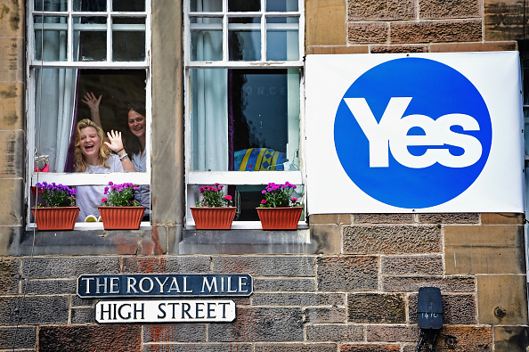Jeff J Mitchell「Yes And No Campaigns Take To The Streets Of Edinburgh And Glasgow」:写真・画像(3)[壁紙.com]