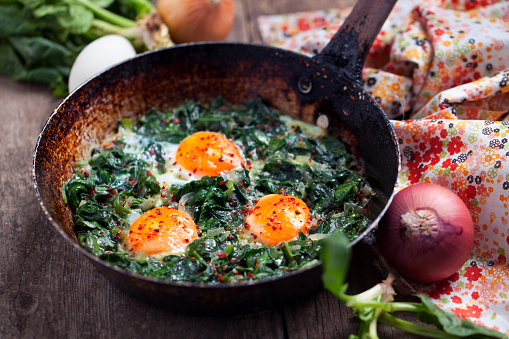 Vegetarian Food「Braised spinach and eggs in an old frying pan」:スマホ壁紙(9)