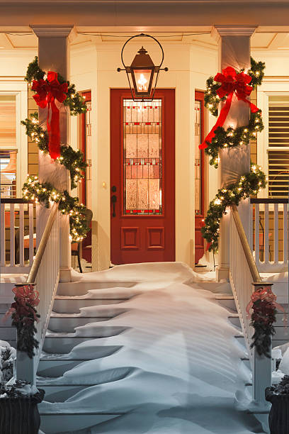 inviting Christmas doorway with snow on porch stairs and railing:スマホ壁紙(壁紙.com)