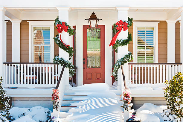 inviting Christmas front doorway with snow on porch stairs:スマホ壁紙(壁紙.com)