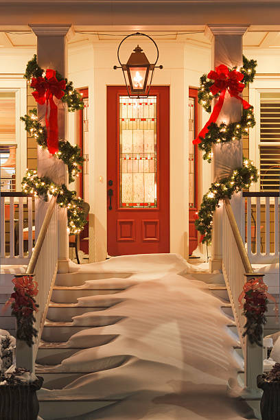 inviting Christmas home doorway with snowy porch at night:スマホ壁紙(壁紙.com)