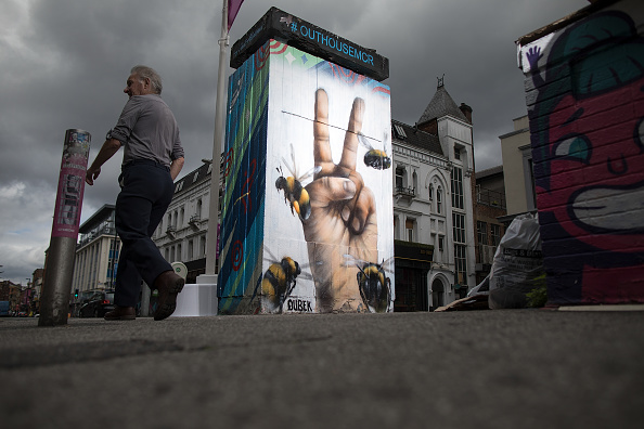 Mural「Manchester Bee Murals Tribute To Arena Terror Attack Victims」:写真・画像(15)[壁紙.com]