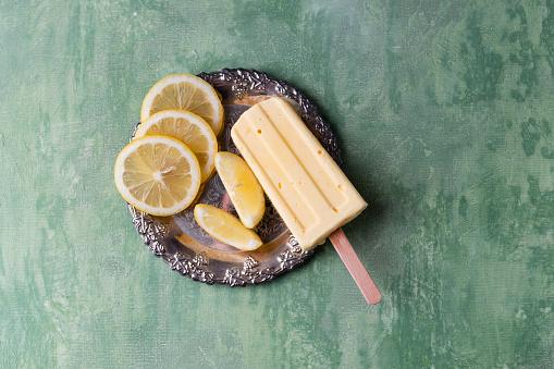 Lemon Ice Cream「Lemon ice lolly and lemon slices on silver plate」:スマホ壁紙(1)