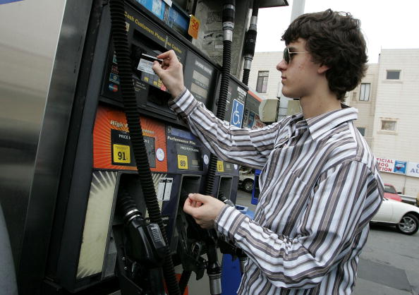 Paying「California Gas Prices Start To Rise Above Three Dollars」:写真・画像(17)[壁紙.com]