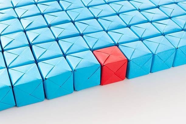 Red cube between blue ones:スマホ壁紙(壁紙.com)