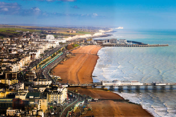 Wide angle aerial view of Brighton beach and coastline, Brighton, UK:スマホ壁紙(壁紙.com)