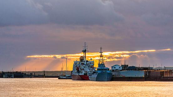 Falkland Islands「Ships at the dock at sunset」:スマホ壁紙(14)
