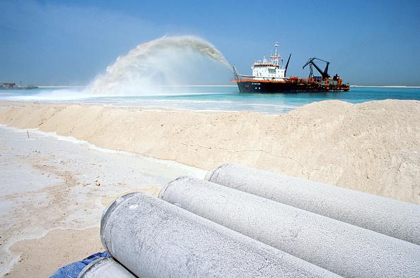 曲線「A dredger 'sand-arcs' pumped sand onto the newly formed Palm Island development, Dubai, UAE.」:写真・画像(14)[壁紙.com]