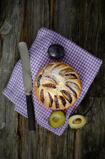 スモモ「Prune cake with prunes and napkin on wooden table, close up」:スマホ壁紙(18)