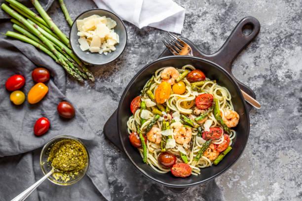 spaghetti with shrimps, green asparagus, tomato, pesto and parmesan:スマホ壁紙(壁紙.com)