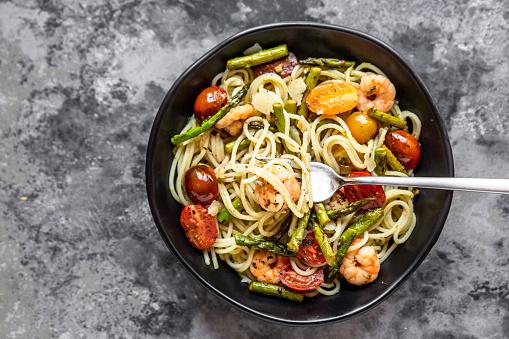 Mediterranean Food「spaghetti with shrimps, green asparagus, tomato, pesto and parmesan」:スマホ壁紙(17)