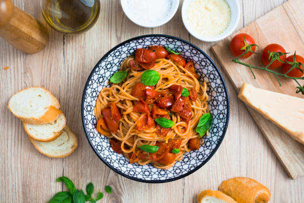 Spaghetti with cherry tomatoes and basil in bowl:スマホ壁紙(壁紙.com)