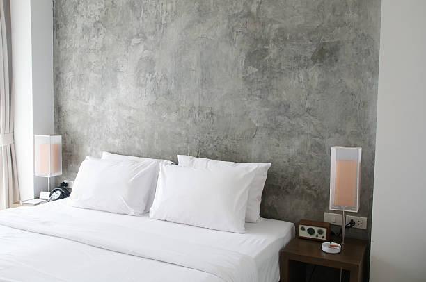 Tidy bed with bedside lamps:スマホ壁紙(壁紙.com)