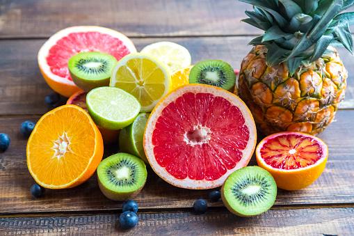 Kiwi「Ananas, blueberries, wolfberries, kiwis and sliced citrus fruits on wood」:スマホ壁紙(10)