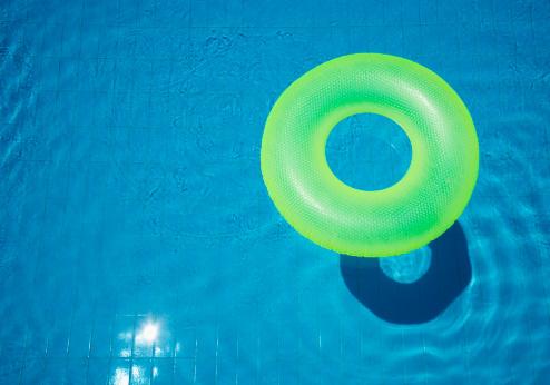 プール「Rubber ring, floating in swimming pool.」:スマホ壁紙(3)