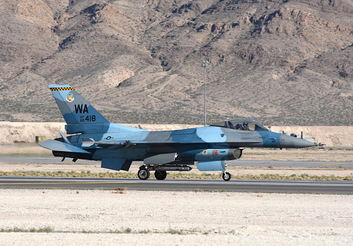 ミリタリー「An F-16C Aggressor jet landing on runway in Nevada.」:スマホ壁紙(8)