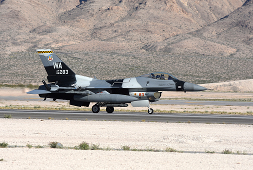 ミリタリー「An F-16C Aggressor jet landing on runway in Nevada.」:スマホ壁紙(7)