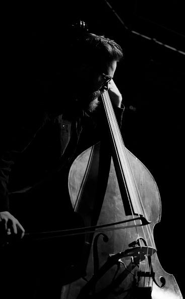 楽器「Tom Herbert, 2012」:写真・画像(1)[壁紙.com]
