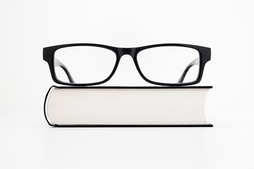 Intelligence「Eyeglasses on a book」:スマホ壁紙(13)
