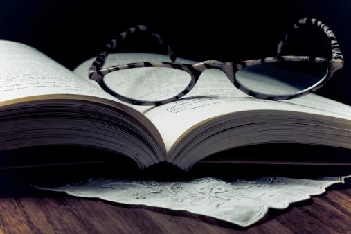 Fully Unbuttoned「Eyeglasses on a open book」:スマホ壁紙(16)