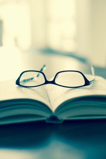 Intelligence「Eyeglasses and book on table」:スマホ壁紙(16)