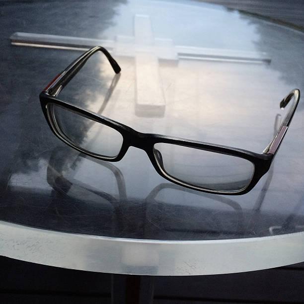 Eyeglasses on table:スマホ壁紙(壁紙.com)