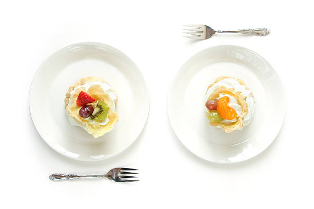 Two White Plates with Cream Puffs Eclairs:スマホ壁紙(壁紙.com)